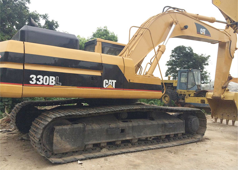 How to tighten the steel tracks of the Cat 330BL excavator machine